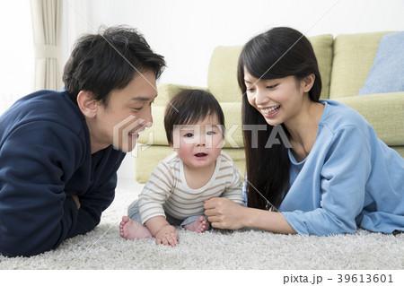 赤ちゃんと両親 39613601