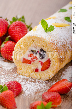 Sponge roll with strawberries and blueberries 39628576