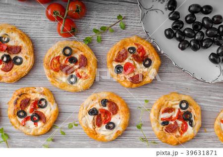 Puff pastry mini pizza 39631871