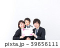 若い家族写真 お祝い 39656111