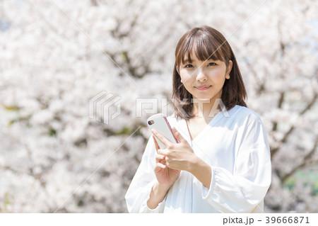 桜 女性 スマートフォン 39666871