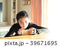 スマートフォンを操作する女の子 女の子 中学生 女性 スマートフォン wifi 通信 IT 39671695