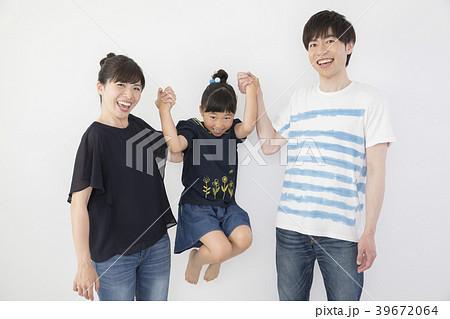 手を繋いで子供を持ち上げるお父さんとお母さん 39672064