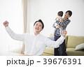 座る 親子 家族の写真 39676391