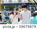 遊園地でデートをするカップル 39679879
