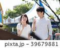 遊園地でデートをするカップル 39679881