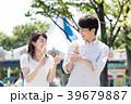 遊園地でデートをするカップル 39679887