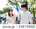 遊園地でデートをするカップル 39679888