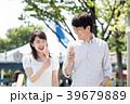 遊園地でデートをするカップル 39679889