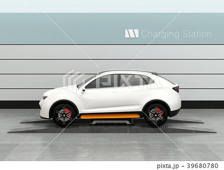 バッテリー交換ステーションに新しいバッテリーを装着している電動SUVのイメージ 39680780