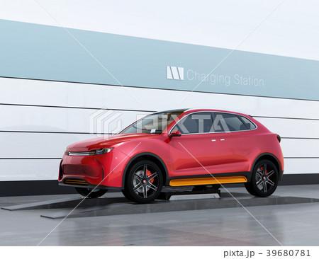 バッテリー交換ステーションに新しいバッテリーを装着している電動SUVのイメージ 39680781