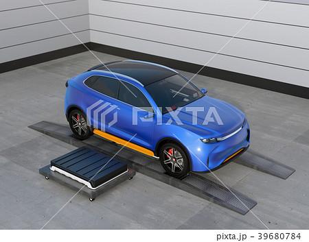 バッテリー交換ステーションにバッテリーを交換している電動SUVのイメージ 39680784