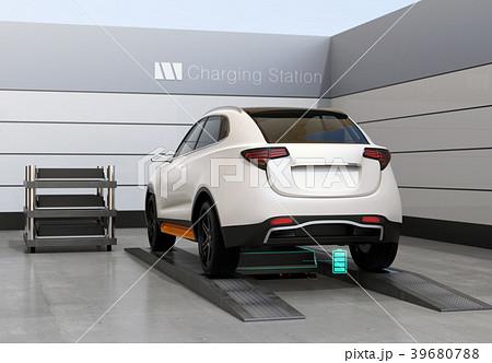バッテリー交換ステーションにバッテリーを交換している電動SUVの後部イメージ 39680788