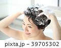 頭を洗う女性 39705302