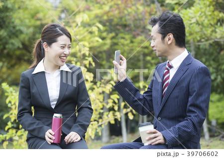 休憩中にスマートフォンを見せるビジネスマン 39706602