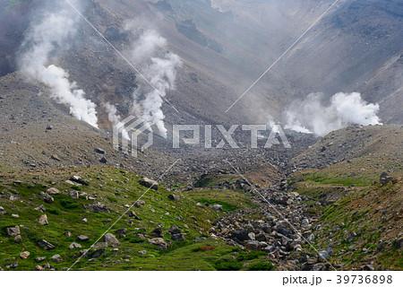 北海道 大雪山国立公園 噴煙を上げる旭岳 39736898