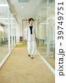 ビジネスウーマン 歩く オフィスの写真 39749751