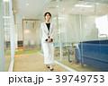 ビジネスウーマン 歩く オフィスの写真 39749753