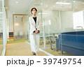 ビジネスウーマン 歩く オフィスの写真 39749754