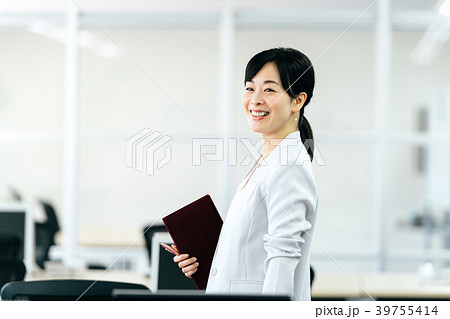 スーツの女性 ミドル 39755414