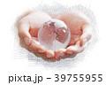 クリスタルの地球儀を持つ子供の手 39755955