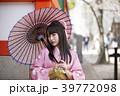 神戸三宮にある生田神社の境内で日傘をさす着物姿の若い女性 39772098