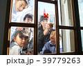 クリスマス準備 飾り付け 親子 39779263