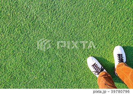 人工芝と足 39780796