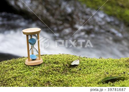 沢をバックに苔の上の砂時計 39781687