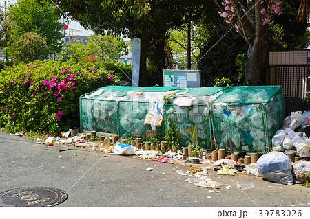 カラスが散らかしたゴミ集積場所 39783026