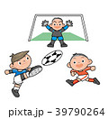 サッカーをする少年達。 39790264