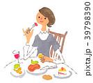 食事をする女性 39798390
