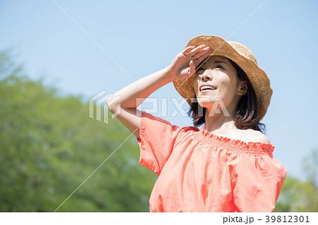麦わら帽子をかぶった若い日本人女性 39812301