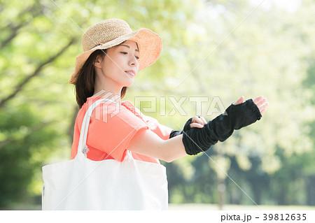 アームカバーをした若い日本人女性 39812635
