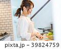 若い女性、キッチン、料理 39824759