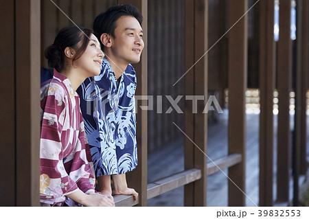 温泉旅行に行く夫婦 39832553