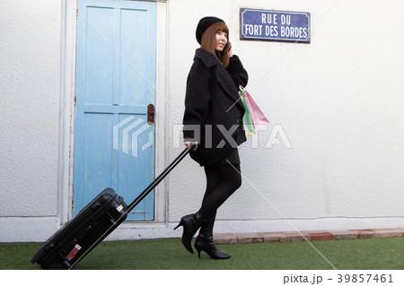 スーツケースを引く女性 39857461