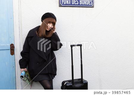 スーツケースを引く女性 39857465