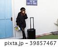 スーツケースを引く女性 39857467