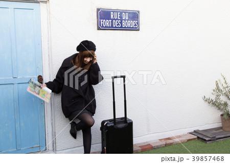 スーツケースを引く女性 39857468