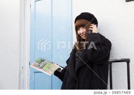 スーツケースを引く女性 39857469