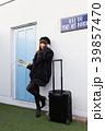 スーツケースを引く女性 39857470