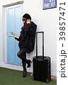 スーツケースを引く女性 39857471