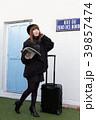 スーツケースを引く女性 39857474