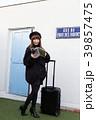 スーツケースを引く女性 39857475