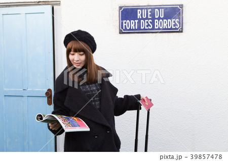スーツケースを引く女性 39857478