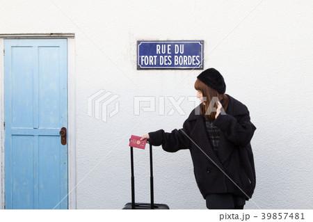 スーツケースを引く女性 39857481