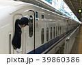 新大阪駅に停車中のN700と女性車掌 39860386