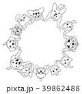 座って見上げる犬と猫のサークル 39862488