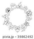 座って見上げる小型犬と猫のサークル 39862492